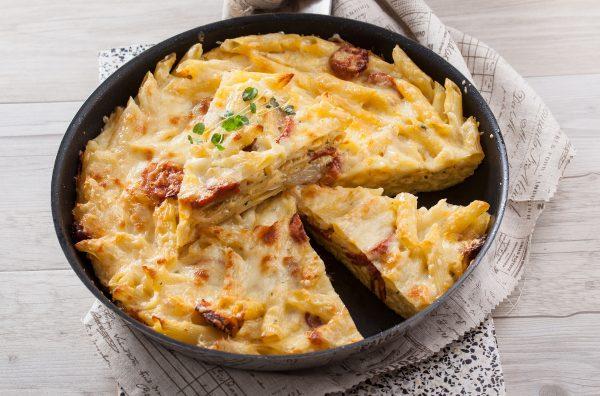 Pastelão de massa com chouriço e queijo