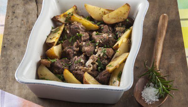 Carne de vaca estufada no forno com vinho do porto