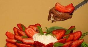 mousse de chocolate com bolo e morangos