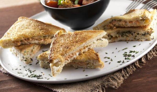 sanduiche gratinada de salmao fumado com cebolinho