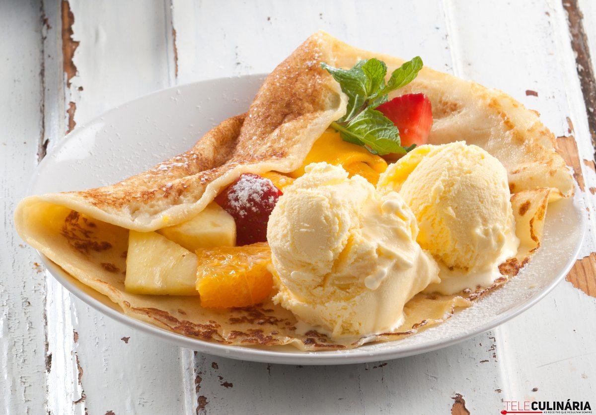 Crepes com fruta e gelado de baunilha