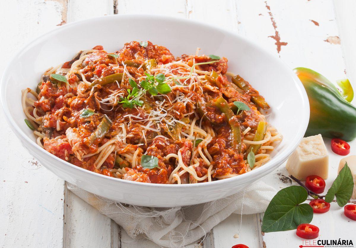 Esparguete de atum com molho de tomate e cogumelos