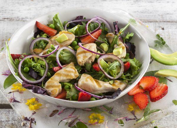 frango grelhado com salada de morangos e abacate