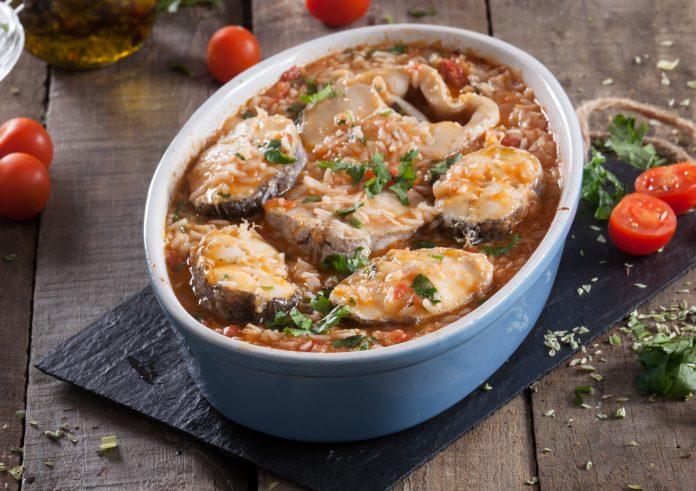arroz de peixe no tabuleiro