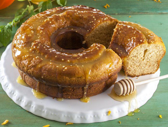 bolo de mel com cobertura de laranja