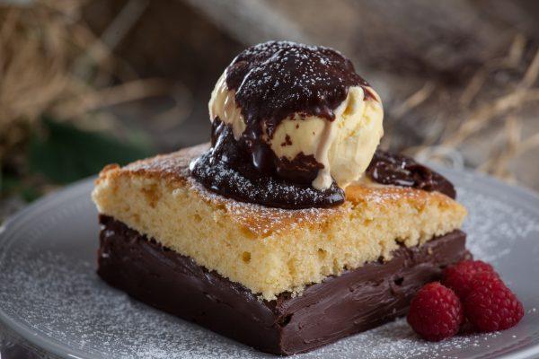 Doce de chocolate com gelado