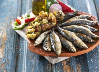 sardinhas assadas com salada de batata e pimentos