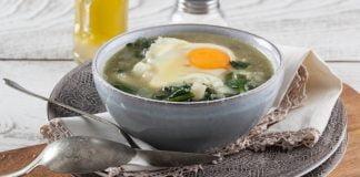 Sopa de espinafres com ovo escalfado