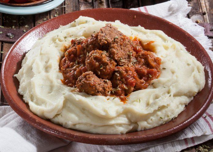 almondegas com molho de tomate e pure de batata