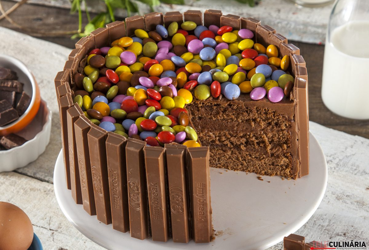 bolo de chocolate colorido smarties