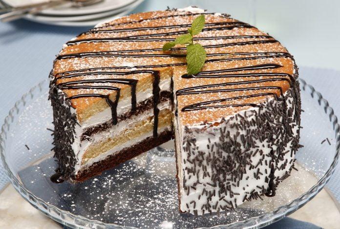 Bolo de chocolate preto e branco