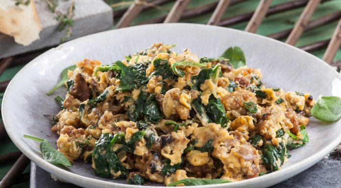 Ovos mexidos com farinheira e espinafres