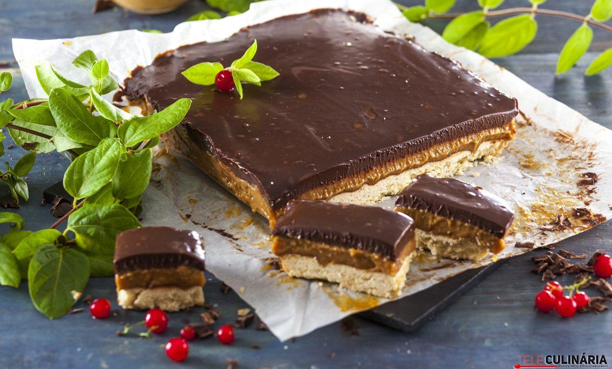 tabuleiro de caramelo e chocolate