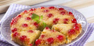 bolo invertido com cerejas em calda