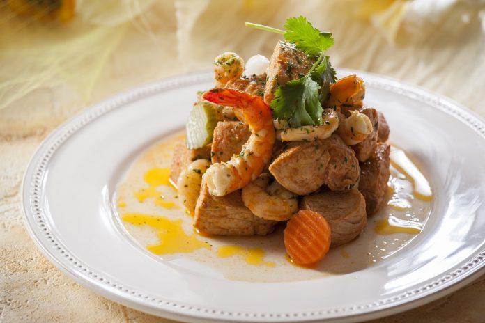 carne de porco com camarao e pickles