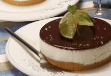 cheesecake de limão com cobertura de chocolate