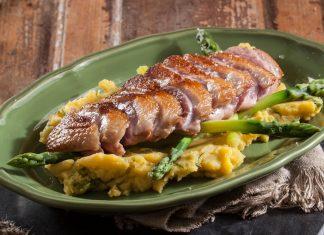 peito de pato com batata doce e espargos
