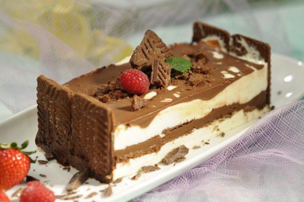Semifrio de leite condensado e bolachas de chocolate