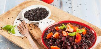Arroz negro com tomate e manjericão