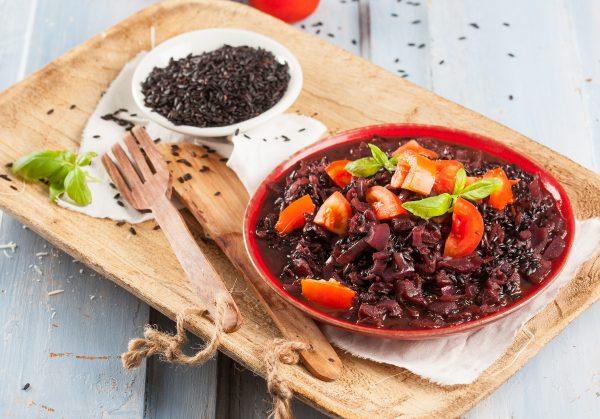 arroz negro com tomate e manjericao
