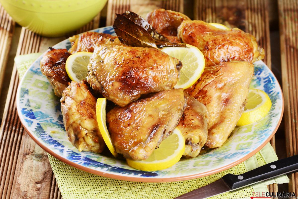 coxas de frango no forno com molho e gomos de limão