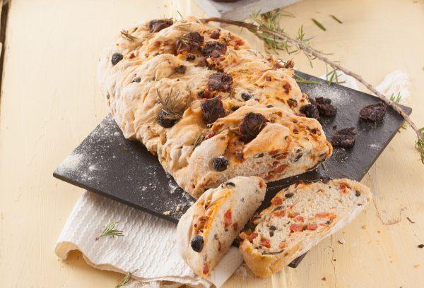 pão com chouriço e azeitonas