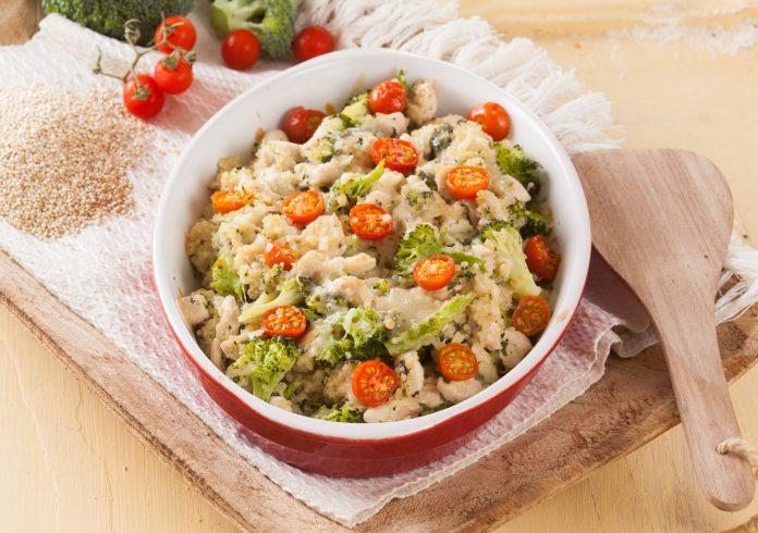 Peito de frango com quinoa e brócolos