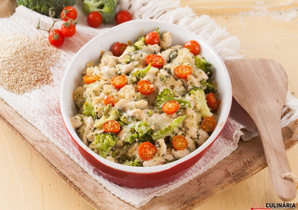 peito de frango com quinoa e brocolos