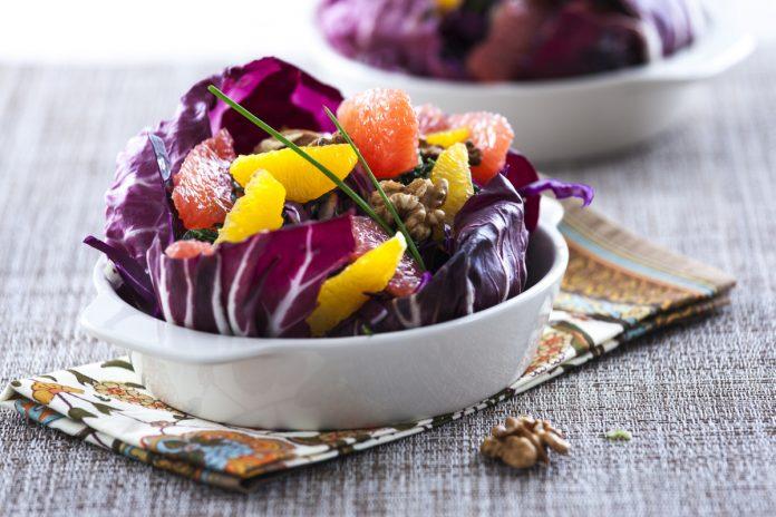 salada de couve roxa com citrinos e nozes