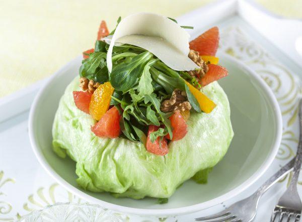 salada fresca com frutos citricos e nozes