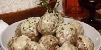 Almôndegas de carne com molho de cogumelos e natas