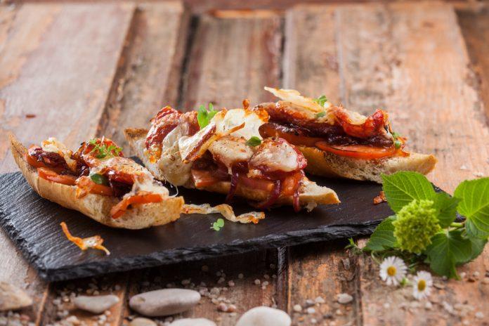 Chouriço assado em pão tostado