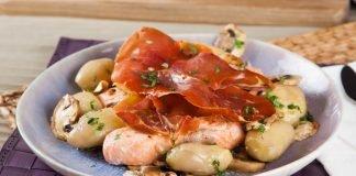 Salmão no forno com presunto e cogumelos