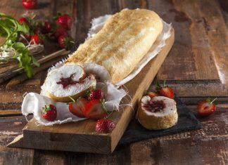 torta de claras com doce de morango