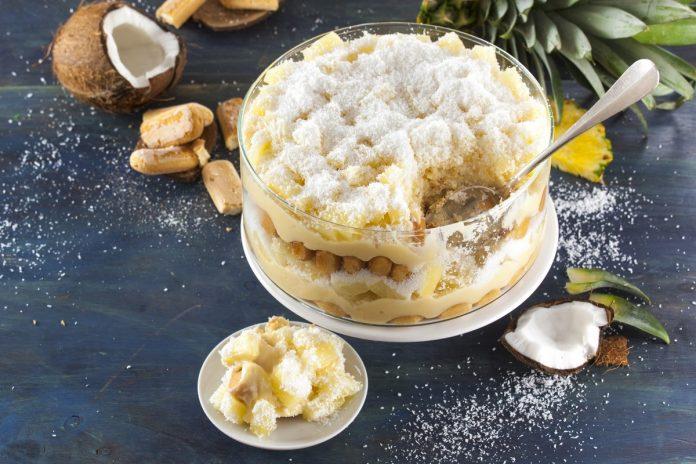 bolo cremoso de ananas em camadas