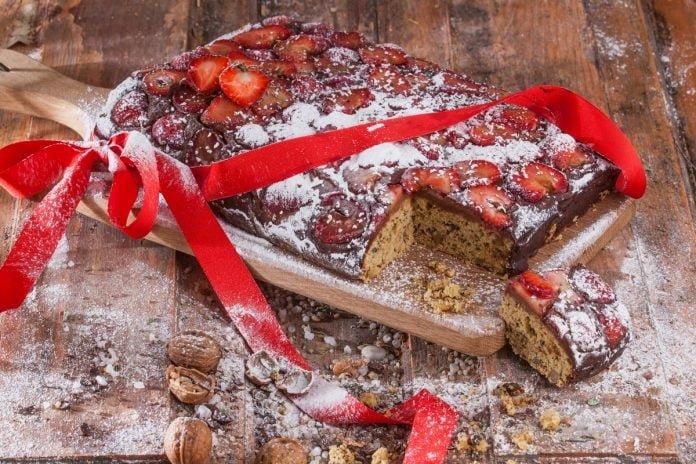bolo de noz com chocolate e morangos