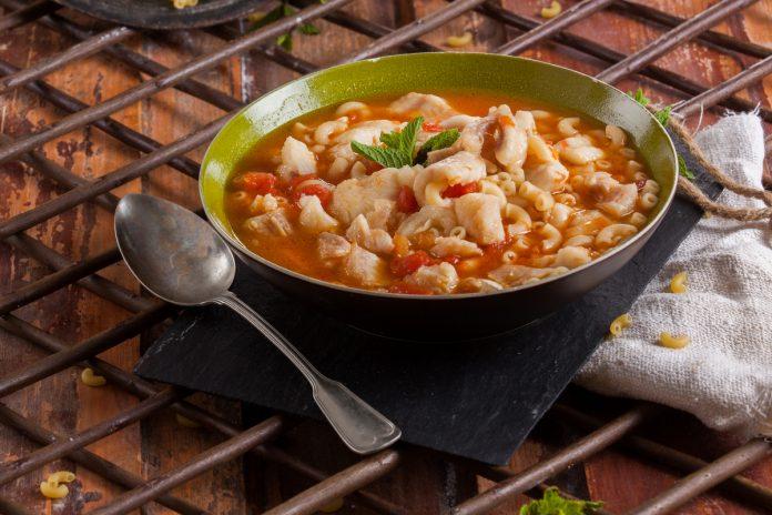 sopa de cotovelinhos com pescada e hortela