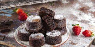 Bolinhos de chocolate alfarroba e morangos