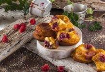 Bolinhos de queijo fresco com amoras