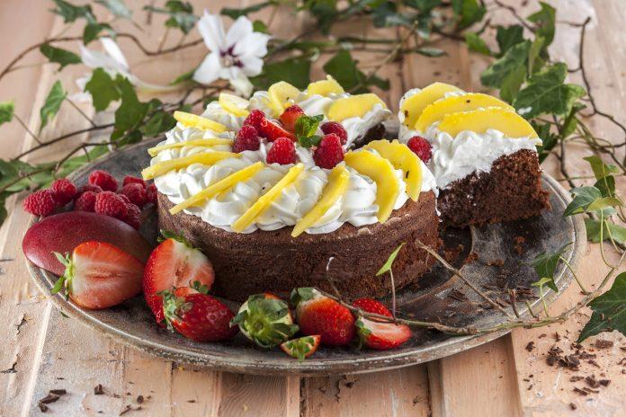 Bolo de chocolate com natas e manga