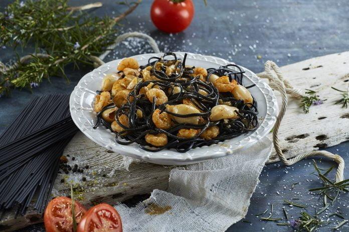 Esparguete nero com lulas e gambas