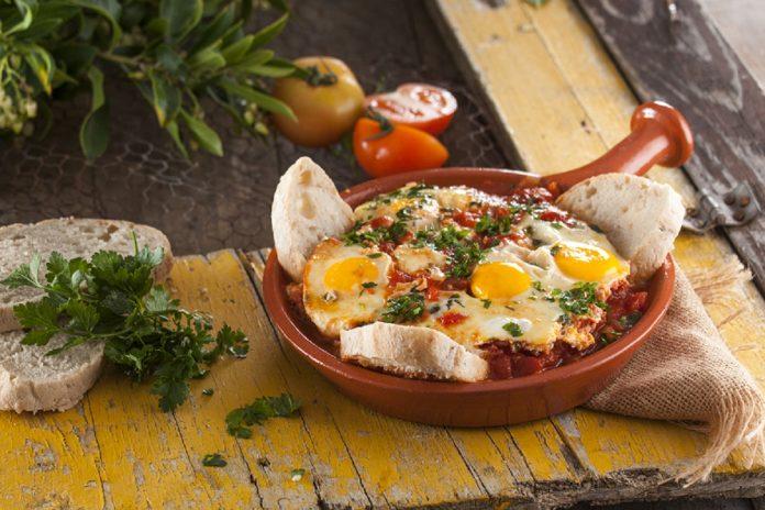 Ovos com tomate a algarvia