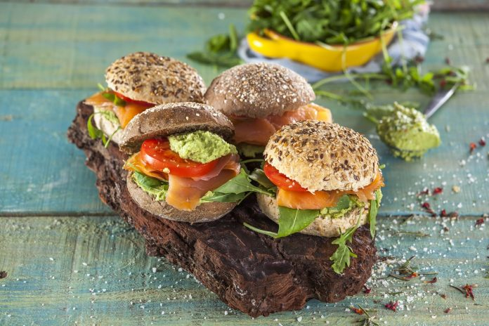 Pão com recheio de abacate e salmao