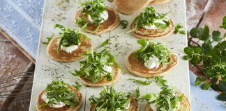 Panquecas com queijo e rúcula