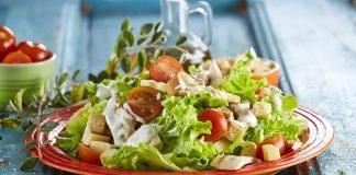 Salada César com peito de frango