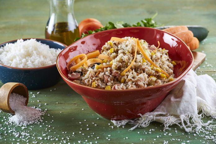 Salada fresca de arroz branco
