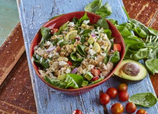 Salada de espinafre abacate morango com frango