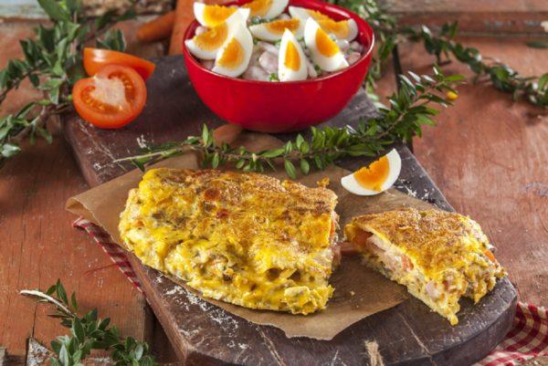 Omelete com queijo e carnes friasOmelete com queijo e carnes frias