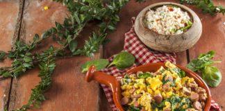 Ovos mexidos com salsichas e espinafres