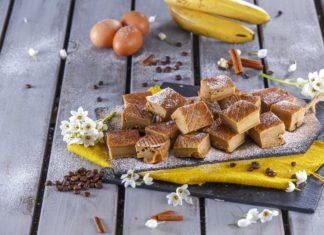 Quadrados de banana e cafe
